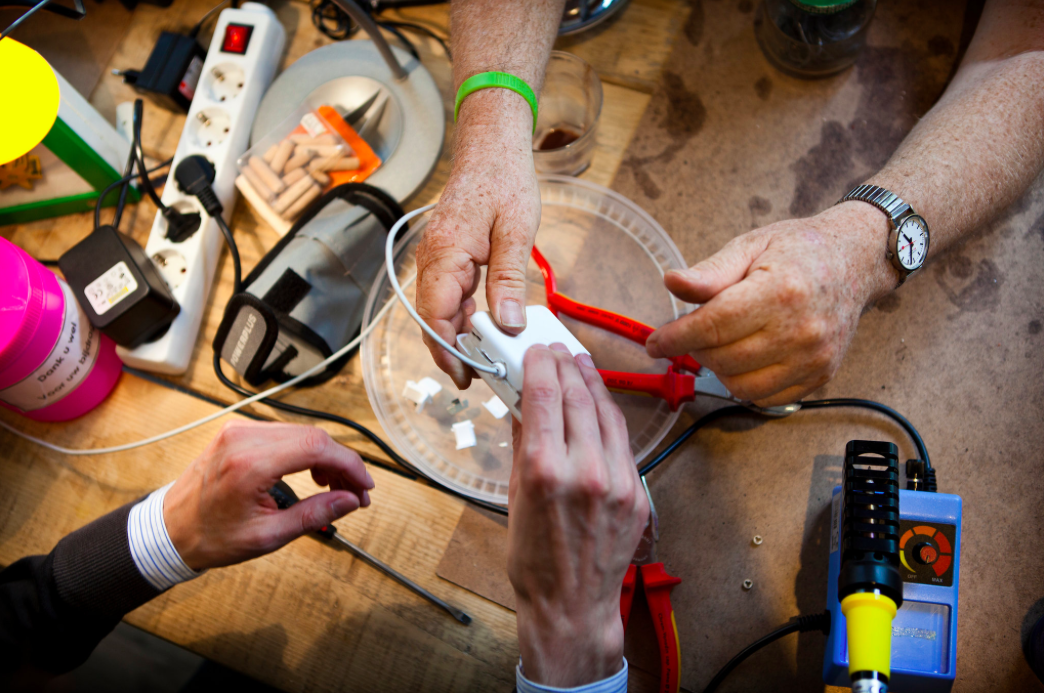 Repair Cafés in Switzerland: Are you going to throw it away? No way!